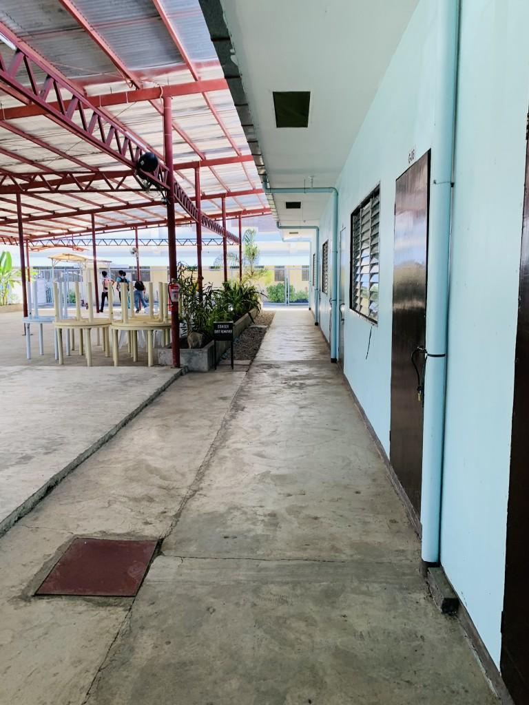 大學部的教室(如同臨時組合屋)